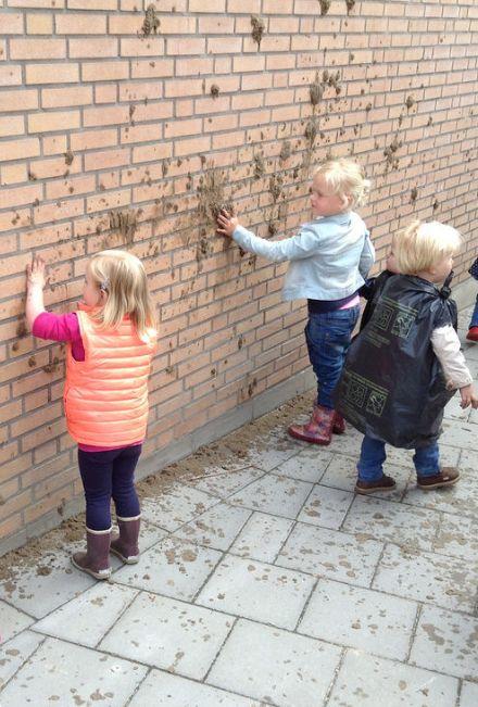 Structuur aanbrengen op de muur.