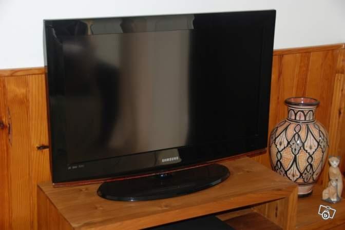 Prix :180€  Ville :Saint-Pierre  Code postal :97410  Description :  A saisir cause départ TV LCD 80 cm SAMSUNG  180€