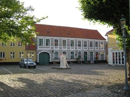 Torvet 5, 5970 Ærøskøbing - Den Gamle Købmandsgård på torvet i Ærøskøbing