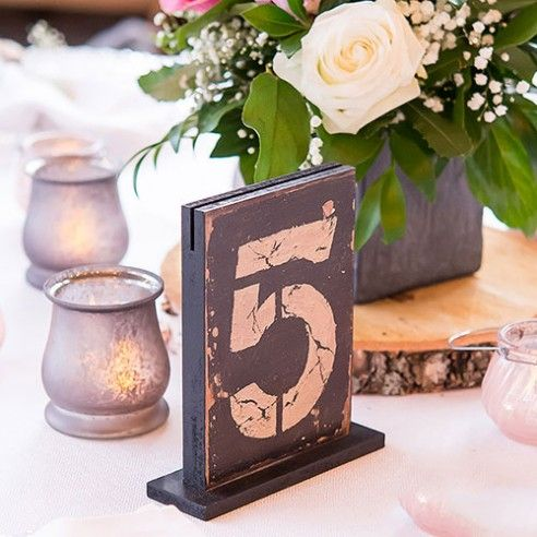 Met deze houten tafelnummers is je Vintage Wedding helemaal compleet! De tafelnummers zijn gemaakt in MDF en hebben een rustieke vintage look meegekregen. De nummers zijn aan beide zijde zichtbaar en bovenaan is een gleuf voorzien waarin je nog een menu kaart of een foto kan plaatsen. Deze tafelnummers zijn verkrijgbaar per set van 1-6, 7-12, 13-18.