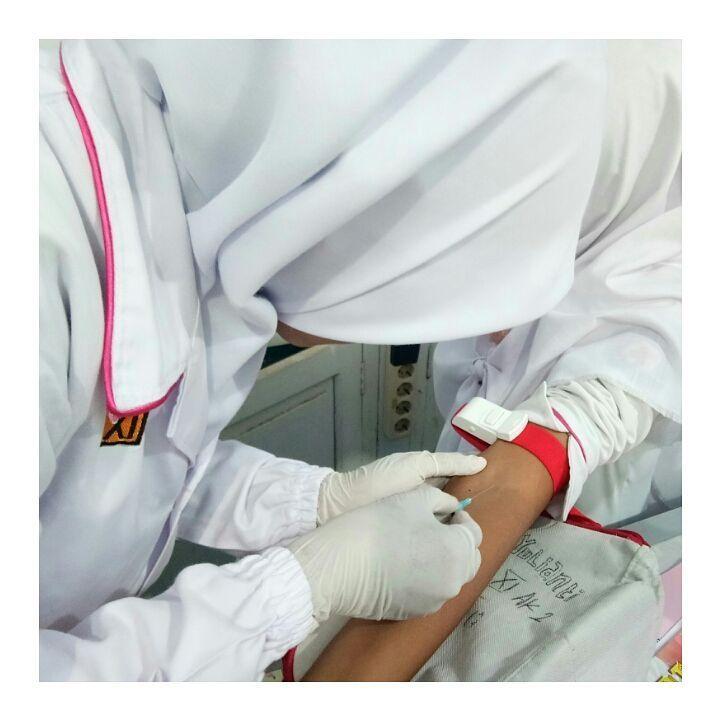 (#analiscantik ) Jadi inget pas pertama kali phlebotomy wkwkkw... Yang disampling @primascantik yang takut malahan aku yang nyampling..haha  Rindu praktik..  . . #smk #smkkartek2 #labmania #pelajarbms #masasmk #analismuda #analisindonesia #analiskesehatan #phlebotomy #medicalstudent #medicalschool #mikroskop #medicallaboratorytechnology #bakteriologi #bakteri #lab #labbakteri #laboratory #staphylococcus #streptococcus #mediaculture #isolasibakteri #praktikum #labanalis #atlm #cdmi…