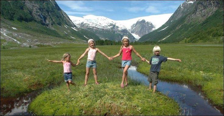GODE VENNER: Hvert år arrangerer Turistforeningen basecamp for barn ved Tungestølen. Her er fire glade deltagere. Foto: JULIE MASKE / DNT