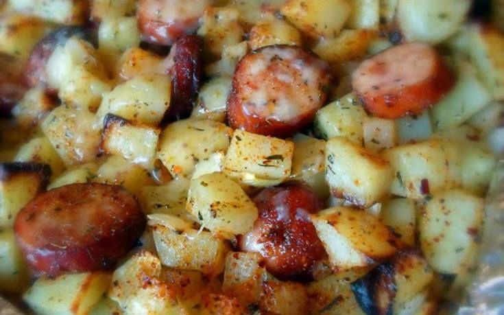 Πατάτες με λουκάνικα στο φούρνο:Το γρήγορο και νόστιμο φαγητο