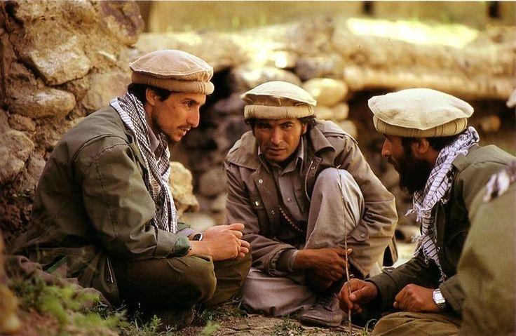 """""""Le commandant Massoud en discussion avec deux de ses partisans. Tous sont coiffés du béret traditionnel, le pakol."""""""