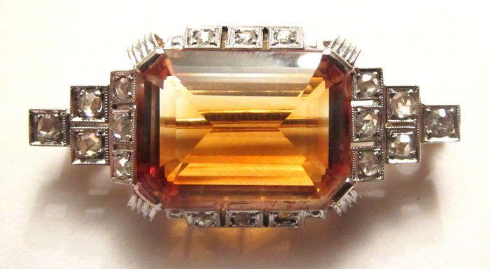 Online veilinghuis Catawiki:  Art Deco 585 geelgouden en witgouden broche met roosgeslepen diamanten en smaragd geslepen gele kwarts.