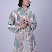 Купить или заказать Пальто из шерсти  'Одуванчики' дизайнер Татьяна Долубекова в интернет-магазине на Ярмарке Мастеров. Пальто сезона осень -весна, приятного бежевого цвета, из шерстяного твида, с декором из аппликации, вышивки гладью ( авторская художественная строчная гладь) и элементов вязаных крючком.Аппликация выполнена из разного по фактуре шелка и шерстяных нитей,элементы вязанные крючком из шерсти альпака,тонкие и воздушные весь этот микс создает неповторимый образ.