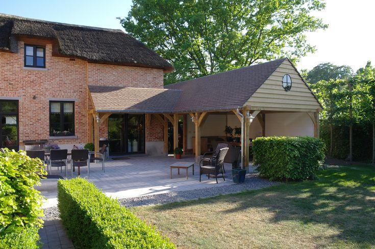 Eiken aanbouw welke deels alt overdekt terras met buitenkeuken en deels als carport gebruikt - Terras eigentijds huis ...