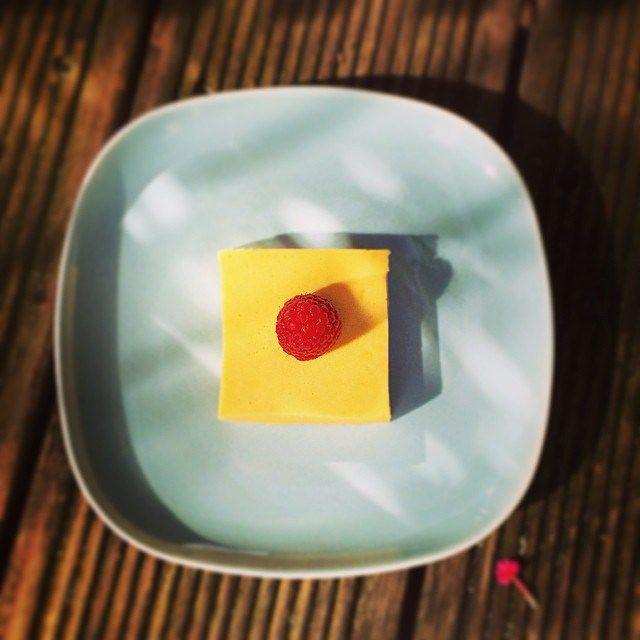 Letzte Woche habe ich im Asia Shop Mango-Püree gekauft – genau dieses hier! Man kann es wunderbar über Quark und Joghurt geben, eine Granita daraus machen oder einfach einen Löffel mit Prosecco aufgießen, es ist wirklich vielseitig einsetzbar…. Auf der Packung war ein Rezept für Mango-Custard, eine Art englischen im Wasserbad gebackenen Pudding. Das wollte ich ausprobieren, eigentlich. Was mich davon abhielt, war die Tatsache, dass man 3 ganze Eier hätte nehmen sollen – alle Rezepte, die…