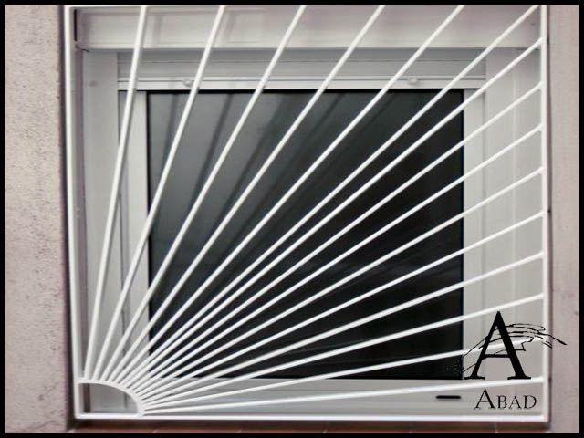 Las rejas modernas para ventanas ofrecen un estilo mas vanguardista a su vivienda. Están fabricadas con bastidor de ángulo y un entramado interior en diferentes formas y modelos, son un sistema de seguridad que pueden convertirse en un elemento de decoración central en su espacio. #cocinaspequeñasconbarra