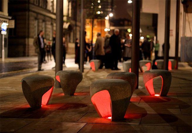 Banco/luminária (Sunderland). Feito em concreto, tem iluminação interna que muda de cor.