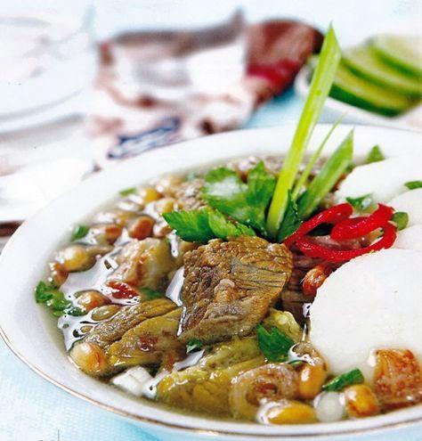 Soto Bandung is een populair soep gerecht waar veel mensen in Bandung Indonesië hun dag mee beginnen. Het is een erg gemakkelijk te maken soep en de ingrediënten om het te maken zijn niet erg duur, daarom word dit gerecht dan ook door rijk en arm gegeten...