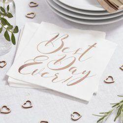 Eine einfache, klassische Hochzeitsserviette in hochzeitlichem Weiß. Die perfekte Ergänzung für eine schicke Tischdekoration. © ja-hochzeitsshop #tischdeko #serviette #bestdayever