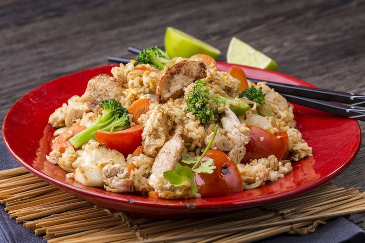 Kao Pad csirke // szója szósz, osztriga szósz, répa, brokkoli, tojás, rizs, paradicsom, hagyma, csirke