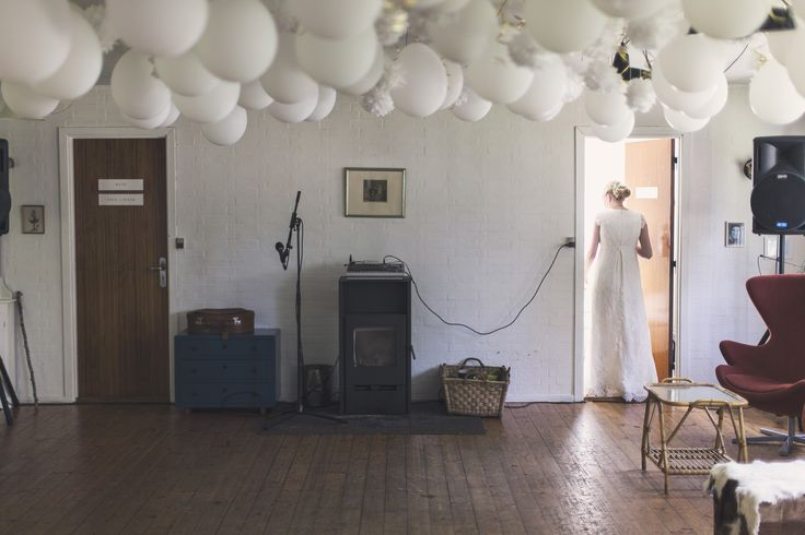 WEDDING DANCE FLOOR - decoration - diy white balloons - paper flowers - inspiration - indoor - music - wedding suite - party