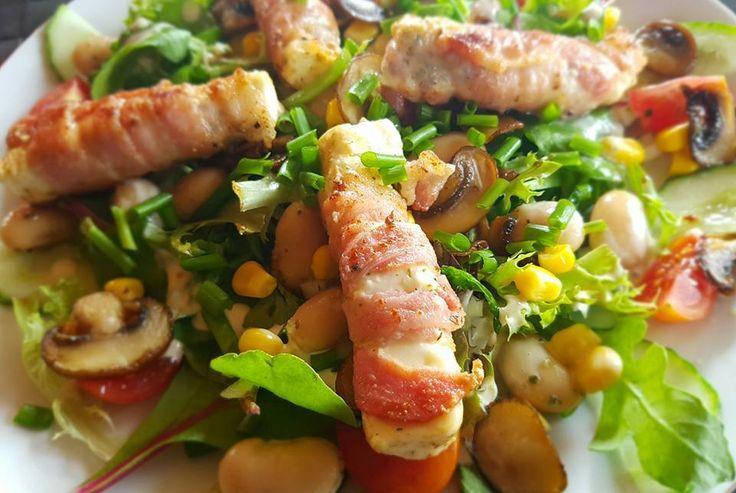 Salat mit tomaten, gurke, riesenbohnen, Champignons, mais und feta in speckmantel. 270 gram, 8.7 kh