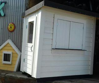 med dörr och fönsterluckor .Pris 5 500 SEK Plus Leverans