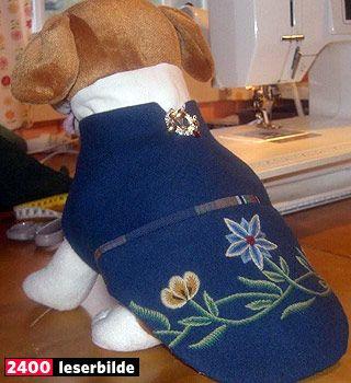 HUNDEBUNAD:  Tordis Bentzen har laget nordlandsbunad til hunden, her testet på en stillesittende modell.
