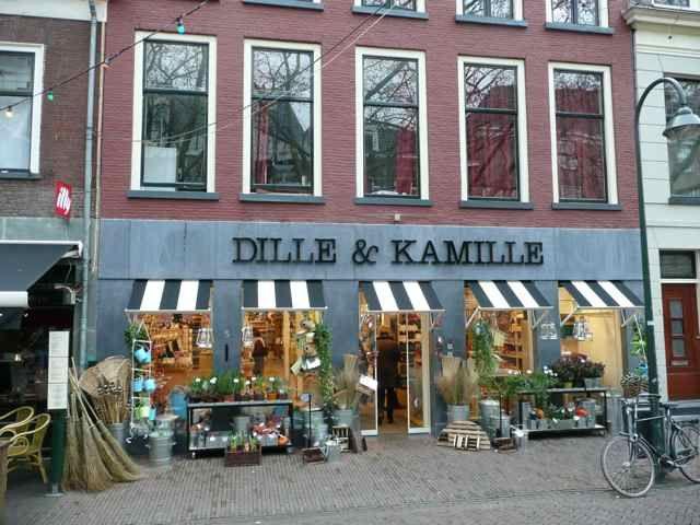 Dille & Kamille. Duidelijke zichtbare winkel, door de klanten buiten lijkt het eerder een bloemenwinkel dan een supermarkt.