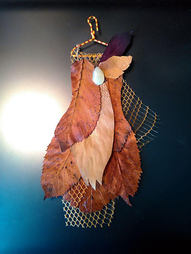 Из сухих листьев, скрепки и сеточки. Деталь для скрап-открытки