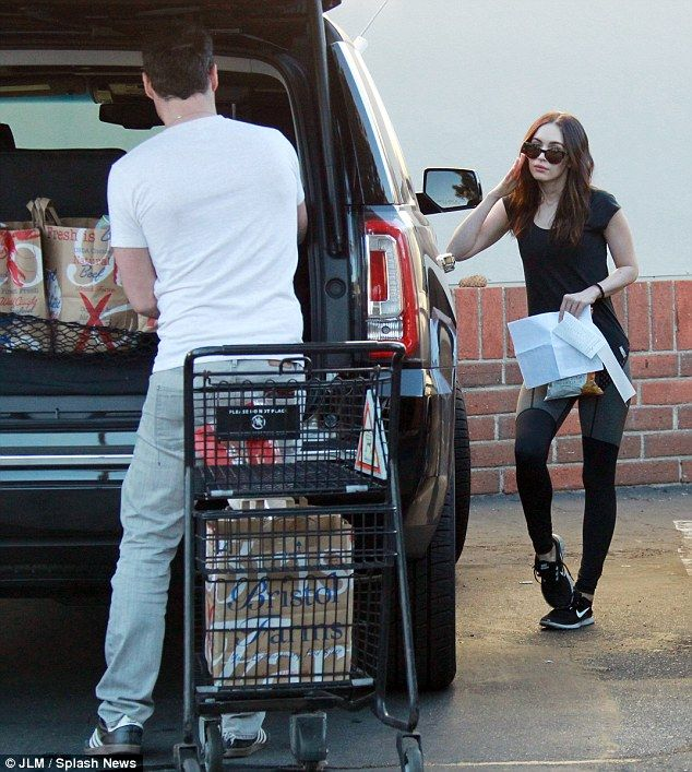 Haciendo lo suyo: Vestido en leggings deportivas y un negro camiseta casual, la de 28 años de edad, la actriz leyó detenidamente los recibos, mientras dejaba que su novio hacer todo el trabajo pesado