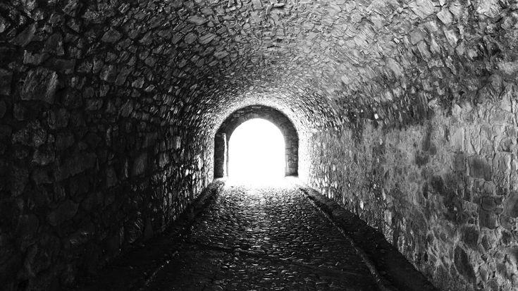 """Losgelöst vom Körper?-""""Menschen, die im letzten Moment vor dem Tod gerettet wurden, berichten oft von einem Tunnel, von Licht und Erlösung."""" Der Mediziner Pim van Lommel untersuchte die Nahtod-Erlebnisse von 344 Herz-Patienten aus zehn verschiedenen Krankenhäusern. Seine Erkenntnis: """"Es gibt kein bewiesenes Konzept, dass Bewusstsein und Erinnern im Gehirn lokalisiert sind."""""""