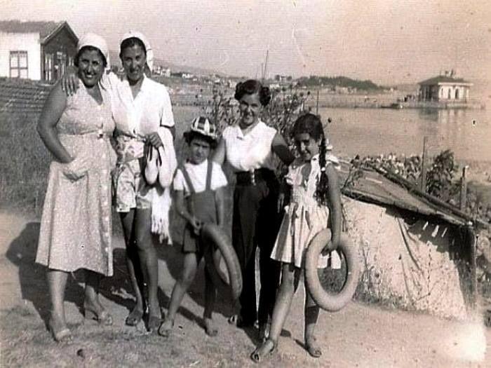 NEFİS BİR AİLE FOTOĞRAFI: Bostancı... Arkada Bostancı Vapur İskelesi. Yıl 1954! Bostancı vapur iskelesinin solundaki ağaçlık, bizim mahallenin çok iyi bildiği ÇAMLIK:-))