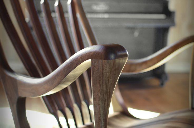 Appui-bras ergonomique chaise berçante Ekko en noyer noir. #chaisebercante #chaisenoyer #noyernoir #chaisedesign