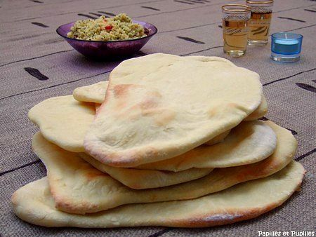 Mettez tous les ingrédients dans la cuve de votre machine à pain selon l'ordre préconisé par le fabricant. Choisissez le programme pâte (pétrissage + première levée – durée totale environ 1H30). Vous pouvez également utiliser un robot muni d'un crochet à pâte ou pétrir à la main. Dans ce cas malaxez la pâte jusqu'à obtenir une pâte souple et élastique. Déposez ensuite le pâton dans un saladier légèrement huilé et laissez lever pendant 1H30. La pâte doit environ doubler de volume.Au bout de…
