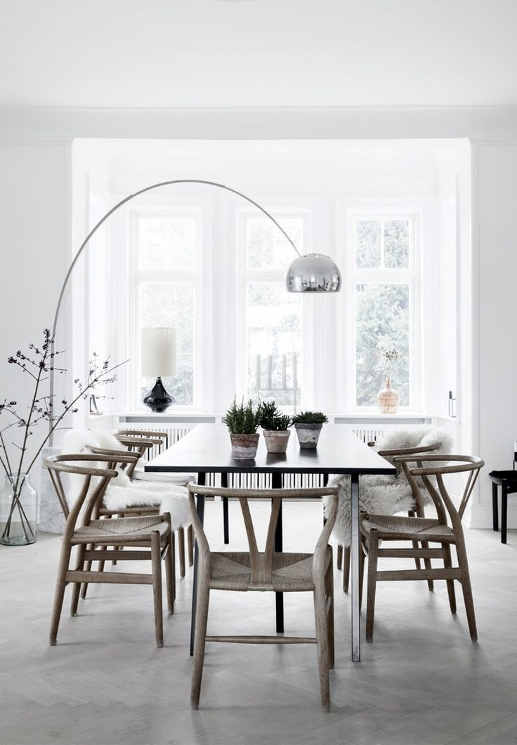 We are in love with this nordic dining space with herringbone parquet flooring, green plants and Wishbone chairs by Hans J. Wegner Carl Hansen and Soen.