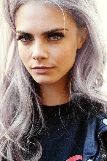 Cara Delavigne con capelli grigio lilla