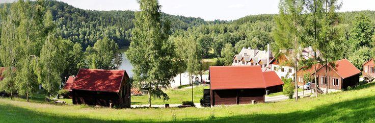 Złoty Potok Resort prezentuje Państwu Domki w Górach Nad Jeziorem w Polsce z różnych obiektów, takich jak w przestronnym salonem, kanapą i więcej.