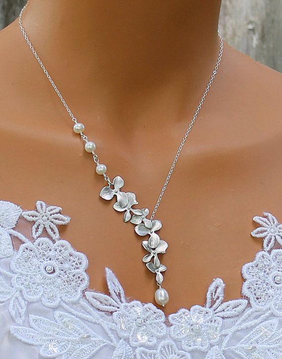 Orchidee Orchidee Halskette - Süßwasser Perlenkette, Cascade, Hochzeit Schmuck, Brautschmuck, Brautjungfern Geschenkideen   Zierliche Silberkette unterbricht eine Kaskade von wunderschönen Orchideen mit einer schönen Perle, die aus der unteren Orchidee tropft. Kann Ihre Hochzeit farblich angepasst werden!   -Rhodium plattiert Orchideen -Hochwertige Swarovski Perlen oder Zuchtperlen -Sterling Silber Kette -Sterling Silver Spring Verschluss   -Wählen Sie Ihre Länge aus dem Drop-down-Menü…