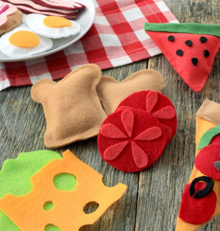 Soft, colorful and easy to make, felt play food will make your child feel just like a top chef. - Everyday Dishes & DIY