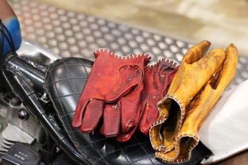 Même pas froid - gants Motostuka chez Lord à Nice - découvre le total look juin sur http://21grammesmotorcycles.com/2015/05/27/le-look-du-mois-2-red-mood/