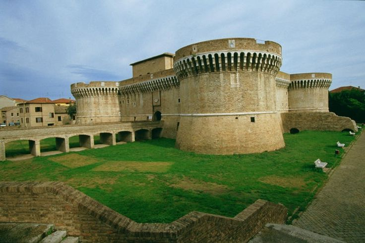 Il Castello Il giro delle Mura. Le mura di Corinaldo sono riconosciute come le più intatte, imponenti, fortificate e lunghe (912 m ininterrotti) della regione Marche e tra le meglio conservate di tutto il centro Italia. Di per sé costituiscono già un monumento della città di Corinaldo.