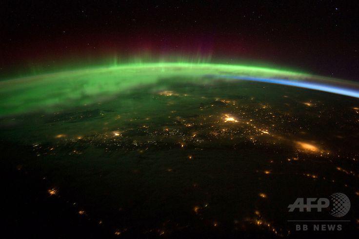 国際宇宙ステーション(International Space Station、ISS)から撮影されたオーロラ(2012年1月25日撮影、同年2月8日提供)。(c)AFP/NASA ▼12Sep2014AFP|太陽フレアが連続発生、地球に磁気嵐到達へ http://www.afpbb.com/articles/-/3025737 #Aurora