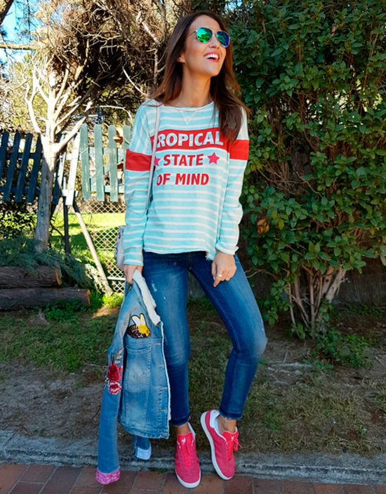 Tras la pista de Paula Echevarría » TROPICAL STATE OF MIND. Light blue an red striped tee+cropped jeans+fuchsia sneakers+embroidered denim jacket+nude crossbody bag+sunglasses. Spring Casual Outfit 2017