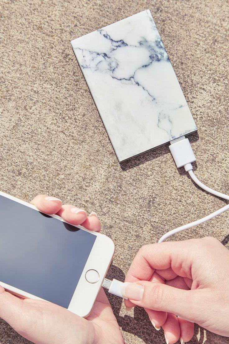 Chargeur de téléphone portable fin marbré - Urban Outfitters