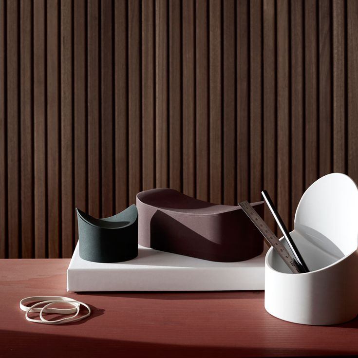 Phold er en fanstastisk ny serie fra Menu som er små i størrelse men stor i design. Phold er lavet af blød silikone med et smart låg. Brug på spisebordet til krydderier eller til oprydning af et arbejdsområde. Fås i 3 størrelser og 3 farver.