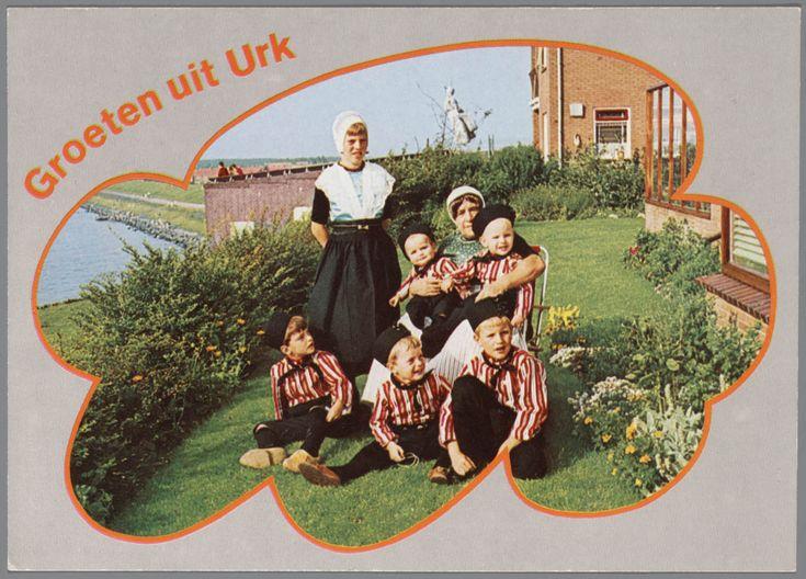 Vrouw met meisje en vijf jongens, allen in Urker streekdracht. #Urk