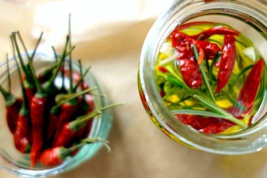 Wir wollenChiliöl selber machen und so geht es! Man nehme ein hochwertiges Olivenöl, Knoblauch, frischen...