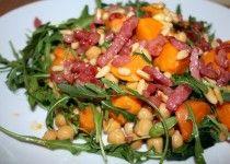 Warme salade van zoete aardappel en kikkererwten | Lekkere recepten van snelle en gezonde gerechten