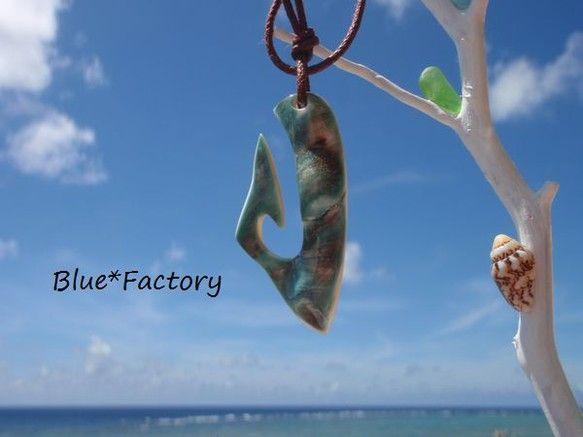 石垣島の海で採れた夜光貝のアクセサリー。幸運を釣り上げるという言い伝えのある釣り針をモチーフにワイルドな印象に仕上げました。真珠のような天然の美しい光沢をお楽... ハンドメイド、手作り、手仕事品の通販・販売・購入ならCreema。
