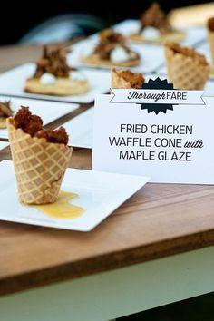 Postres reinventados para bodas. Delicias para degustar: cucurucho de pollo frito con salsa de maple. omg! Fotografiada por Lisa Carpenter Photography