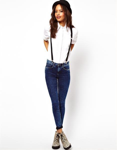 На подтяжках носят падающие джинсы девушки