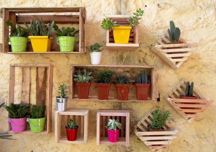 Caixotes de Feira ... tornam-se nichos, abrigando variadas plantinhas e decoram um muro , dando-lhe graça e vida!