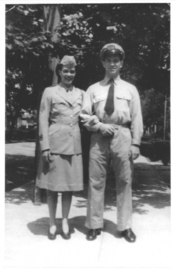 Jack com uniforme da Marinha Mercante, ao ldo de sua irmã Nin (Carolyn) num uniforme do Corpo de Exército Feminino, 1942