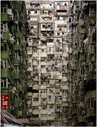 かつて、香港に存在したあらゆる犯罪の温床と言われた魔窟『九龍城塞』。現在ではすべて取り壊されているが、それと同時にここに閉じ込められていたあらゆる悪徳や犯罪が「パンドラの箱」のように世界中に拡散したという。 QT 九龍城砦