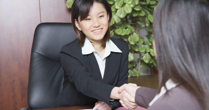 Como se vestir para uma entrevista de bancário. Quando você está procurando um emprego como bancário, é sempre uma surpresa agradável receber uma ligação de alguém que verificou seu curriculum e solicitou uma entrevista, mas é aí que o nervosismo aperta. Quais serão as perguntas que o entrevistador fará? O que você deve usar? Felizmente, embora você não saiba exatamente sobre as perguntas, sua ...