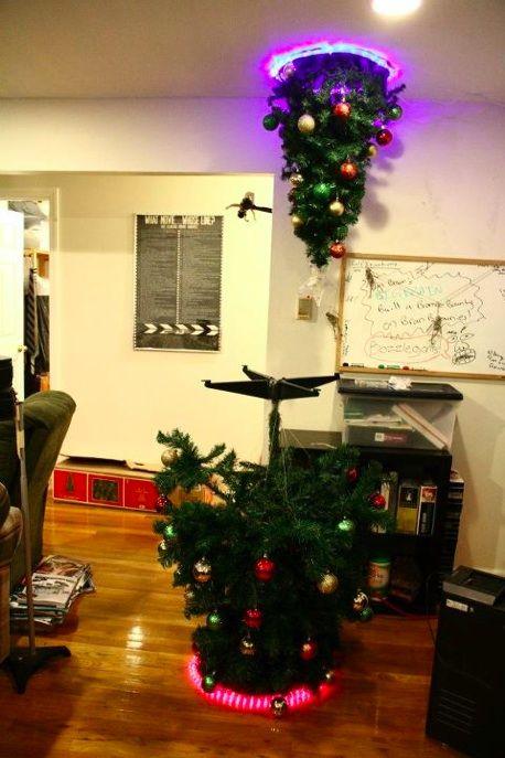 Uma vez montei uma de cabeça para baixo. Esse era o próximo passo... http://laughingsquid.com/portal-themed-christmas-tree/